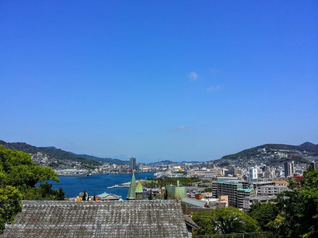 長崎狭い坂道から海が見える