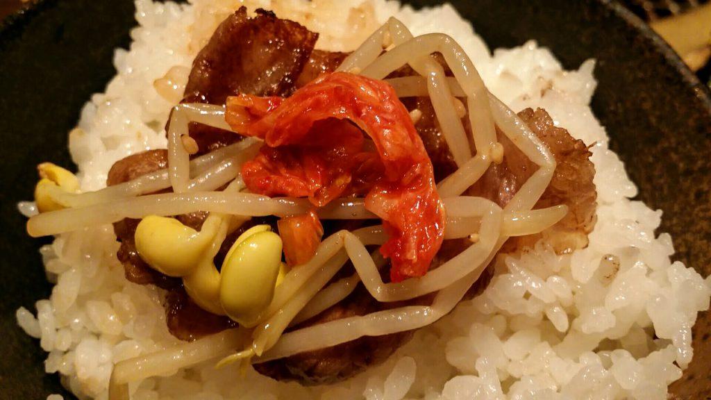 「月島屋」大盛り焼肉定食ナムルとキムチ乗せ