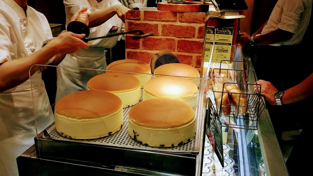 くろーおじさん大丸梅田店の焼きたてチーズケーキ
